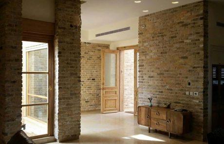 עיצוב עם בריק ועץ בחלל הדירה