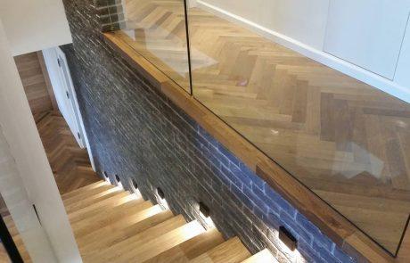 פרקט פישבון משולב במדרגות