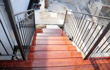 הקמת דק מעץ איפאה סביב כל הבית במפלסים משתנים