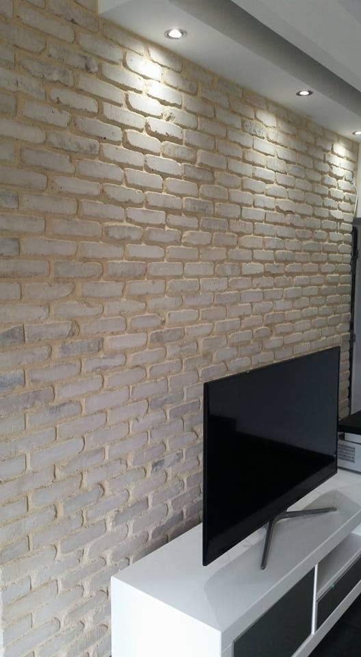 קיר בריקים לטלוויזיה, חיפוי בריקים מאחורי טלוויזיה - בריק ועץ עושים בתים יפים