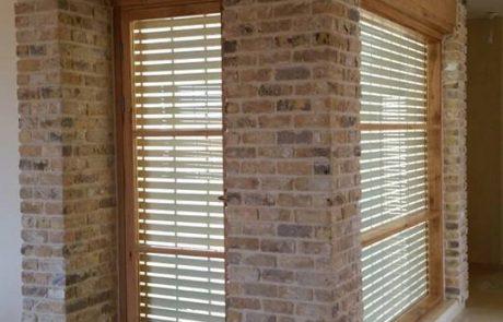 חיפויי קיר בעזרת בריקים מפרוק בגוון צהוב ושילוב בריקים מפירוקים לחזית צרה