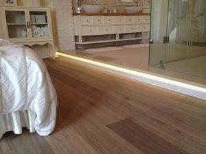 פרקט עץ אלון מולבן מוברש בשילוב בריק לבן