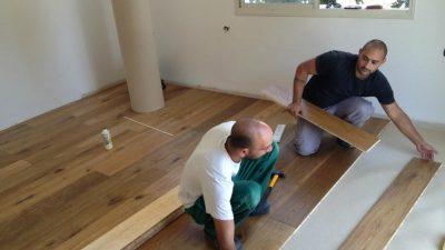צוות בריק ועץ מתקין פרקטים בבית הלקוח