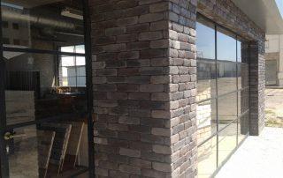 משרדים של חברת בריק ועץ עם חיפוי בריק רטרו