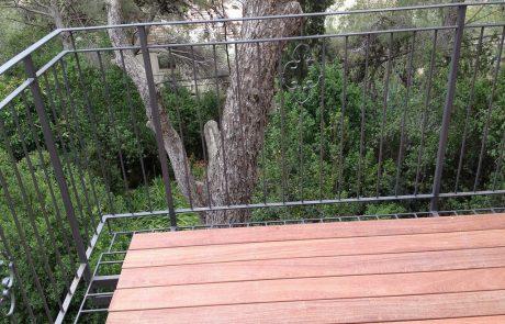 מרפסת תלויה דק קמרו במרכז הכרמל