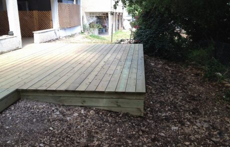 משטח דק אורן מסוג אורן פ'יני 5 הבנוי על תשתית עץ אורן מחוטא המונח על תשתי בטון