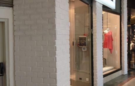 בריק לבן ענתיק בחנות שלהמעצבת בגדים דנה אשכנזי